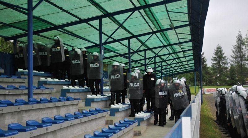 Funkcjonariusze policji ćwiczyli na gorlickim stadionie GLINIKA