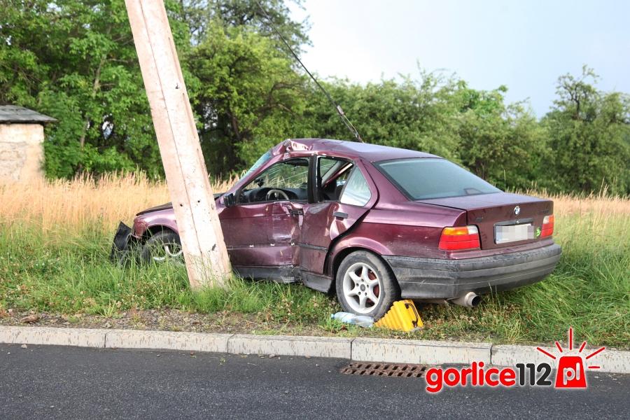 Gorlice, ul. Sikorskiego - kierujący BMW wjechał w słup