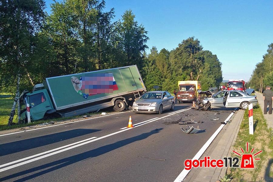 Zderzenie dwóch osobówek z ciężarówką na DK 28 w Klęczanach (powiat gorlicki)