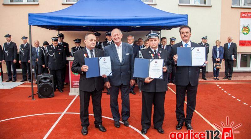 Leszek Zegzda wręczył druhom OSP Pagorzyna a także wójtowi gminy Lipinki Krzyże Małopolski.
