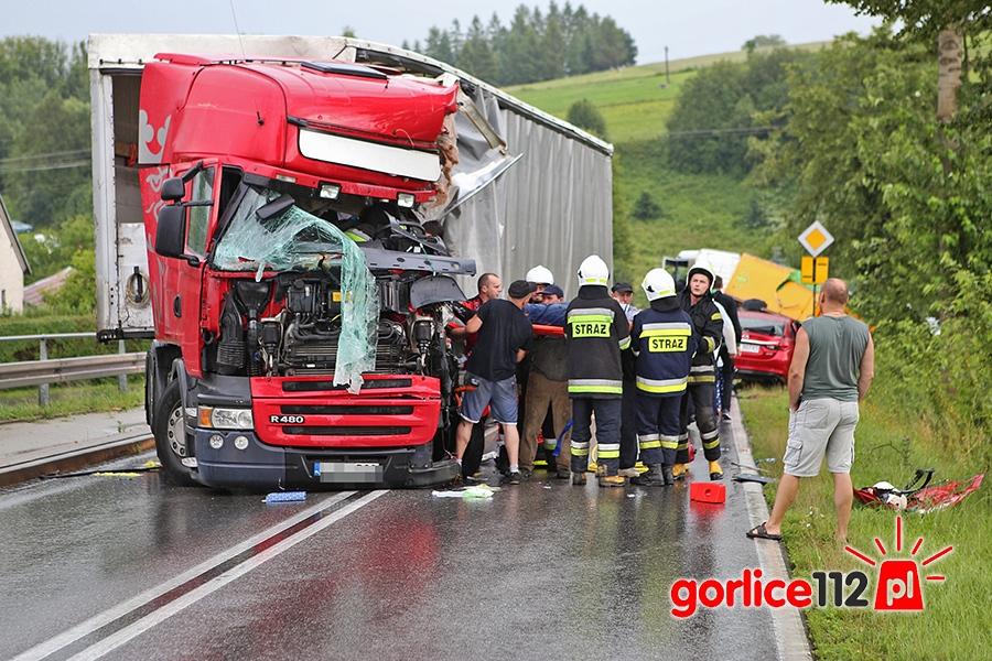 W miejscowości Łużna doszło do zderzenia dwóch tirów i dwóch samochodów osobowych. Ranne zostały dwie osoby