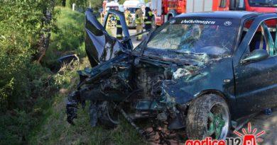 Brunary: 18-latek stracił panowanie nad pojazdem i uderzył w drzewo