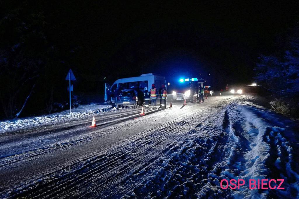 Zderzenie busa z osobówką w m. Strzeszyn (gmina Biecz)