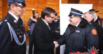 Zbigniew Ziobro gratuluje Krzysztofowi Kosibie uzyskania dotacji dla jednostek OSP z terenu powiatu gorlickiego.