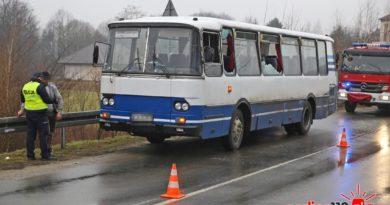 Drzewo z naczepy zahaczyło o autobus. Jedna osoba w szpitalu