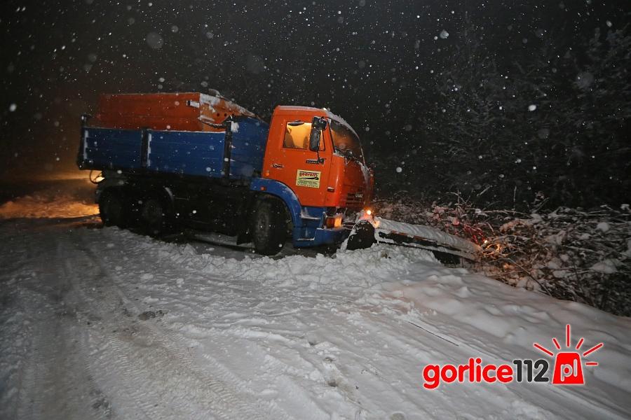 Trudne warunki na drogach, piaskarka wpadła do rowu
