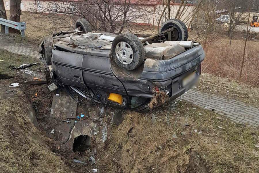 Opel uderzył w przepust przy DW nr 977 w miejscowości Ropica Górna