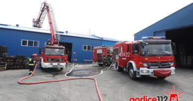Łużna, strażacy ćwiczyli akcję ratowniczo-gaśniczą hali produkcyjnej.