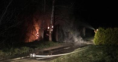 21 strażaków gasiło pożar składu drewna w miejscowości Lipinki