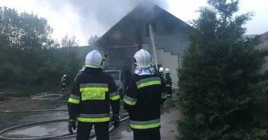Ropica Górna: od pożaru samochodu zapalił się budynek chłodni