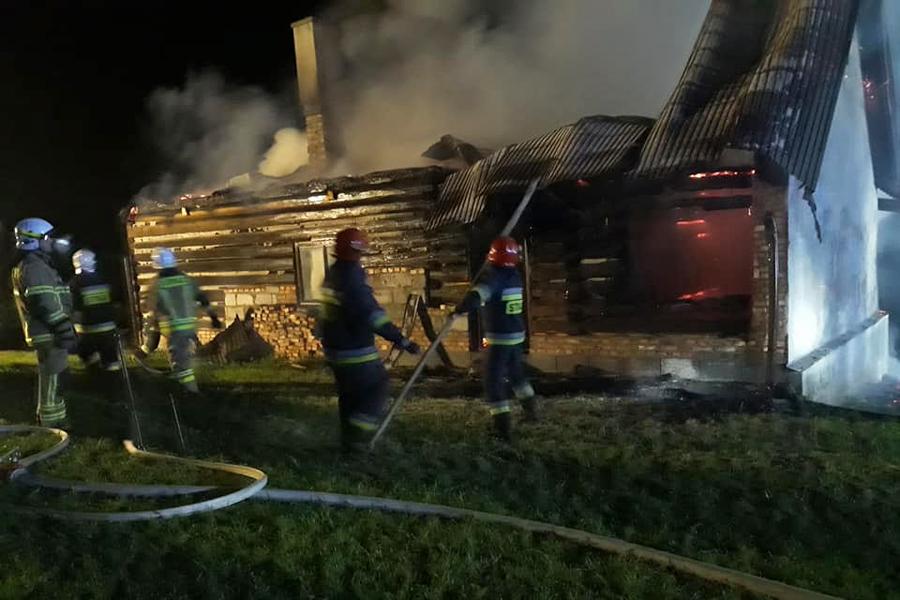 Ropa: blisko cztery godziny strażacy gasili pożar drewnianego domu.
