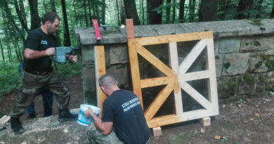 Funkcjonariusze KaOSG pracowali społecznie przy cmentarzu wojennym w Małastowie.