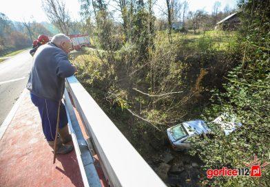 Rozdziele: wyskoczył z auta, nim to wpadło do rzeki!
