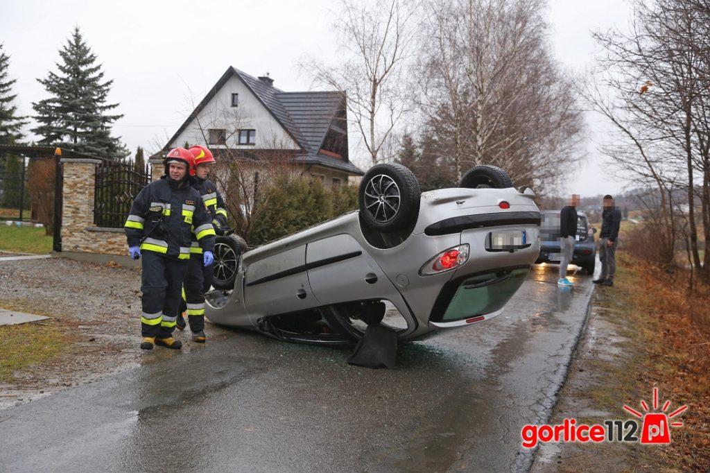 Ropica Polska, na drodze gminnej dachował pojazd. Utrudnienia