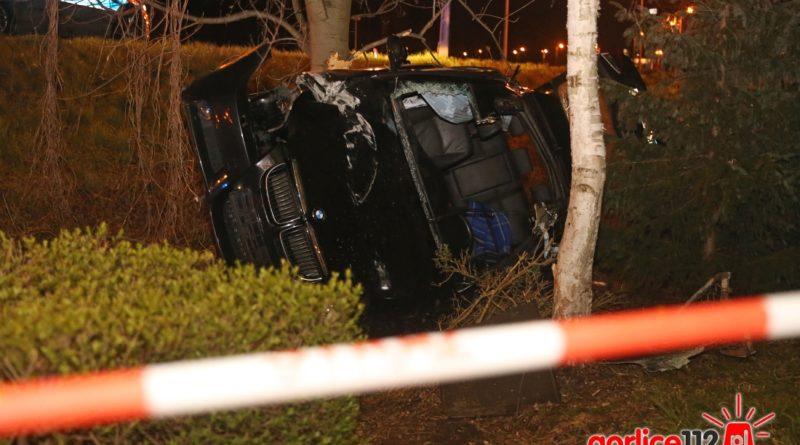 Gorlice, obwodnica: BMW ścięło słup a następnie uderzyło w ogrodzenie (DK 28)