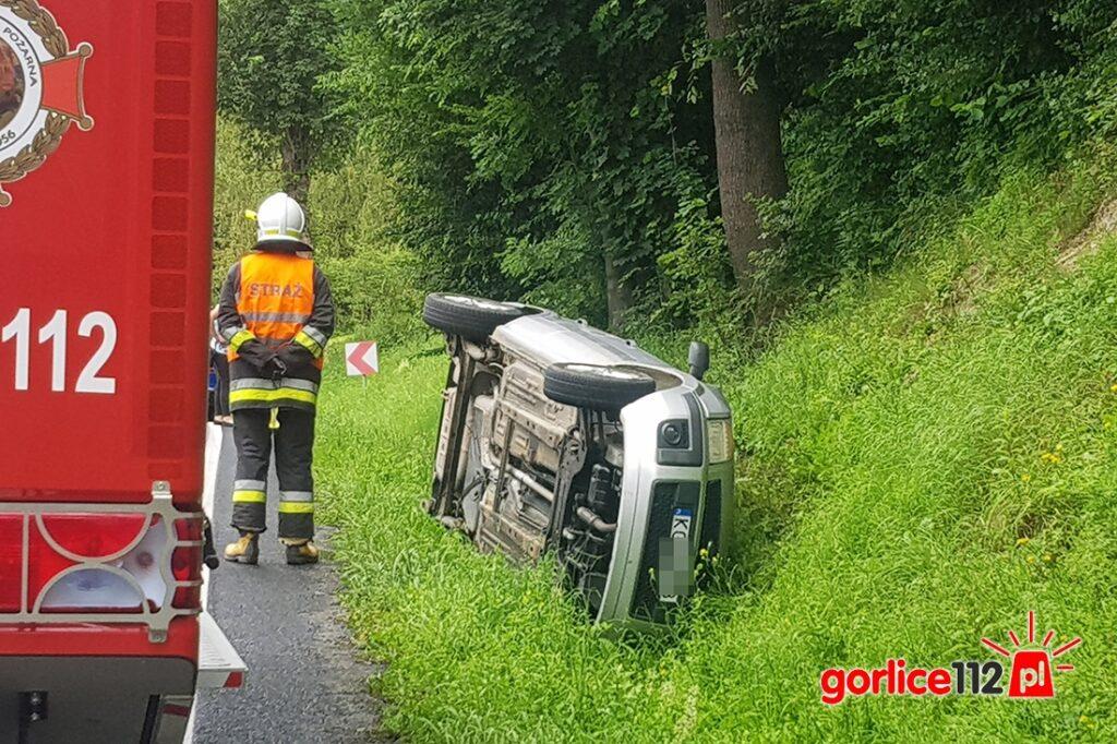 Szymbark: samochód koziołkował na łuku drogi krajowej 28.