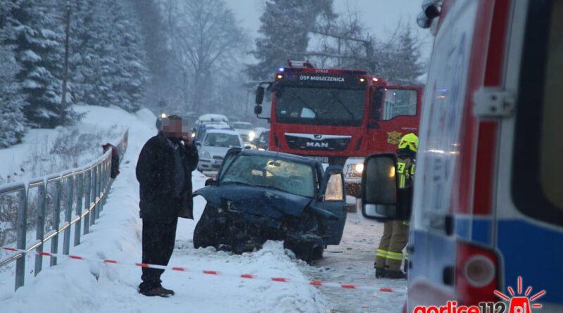Moszczenica: zderzenie VW z Fiatem. Droga powiatowa zablokowana!