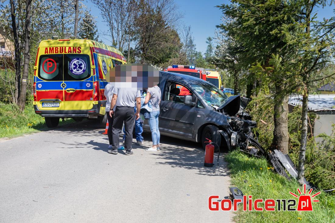Volkswagen Caddy uderzył w drzewo. Dwie osoby trafiły do szpitala!