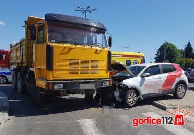 Gorlice, Stróżowska: zderzenie osobówki z ciężarówką na rondzie, utrudnienia!