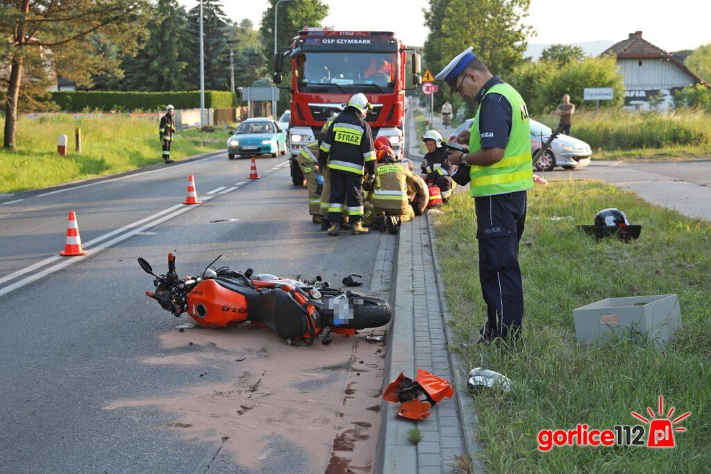 Ranna motocyklistka zabrana do szpitala.
