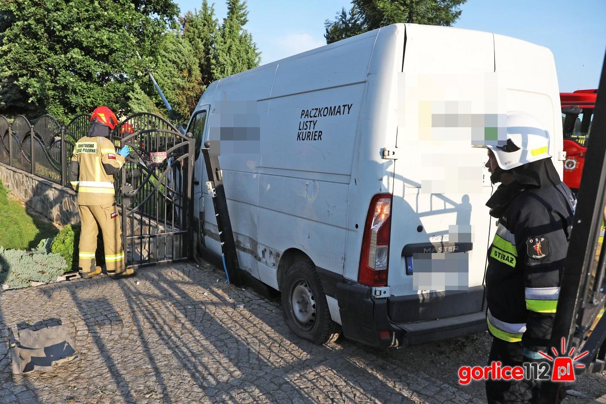 Szymbark (DK 28): dostawczy opel wypadł z drogi, uderzył w ogrodzenie i ściął słup!