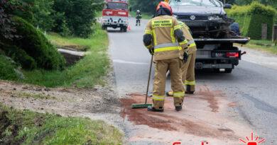 VW Golf uderzył w przepust w Bystrej (gmina Gorlice)